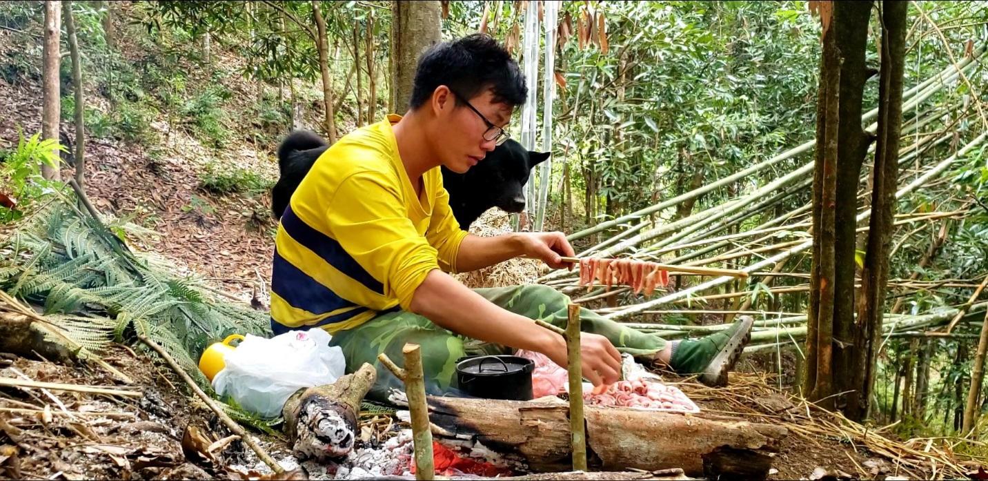 Chàng trai bỏ phố lên rừng: Nướng cá trên đá, luộc trứng trong ống nứa - 3