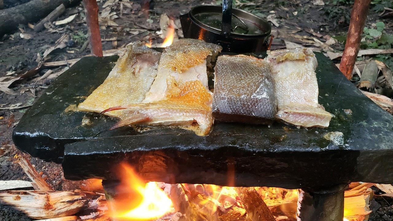Chàng trai bỏ phố lên rừng: Nướng cá trên đá, luộc trứng trong ống nứa - 4