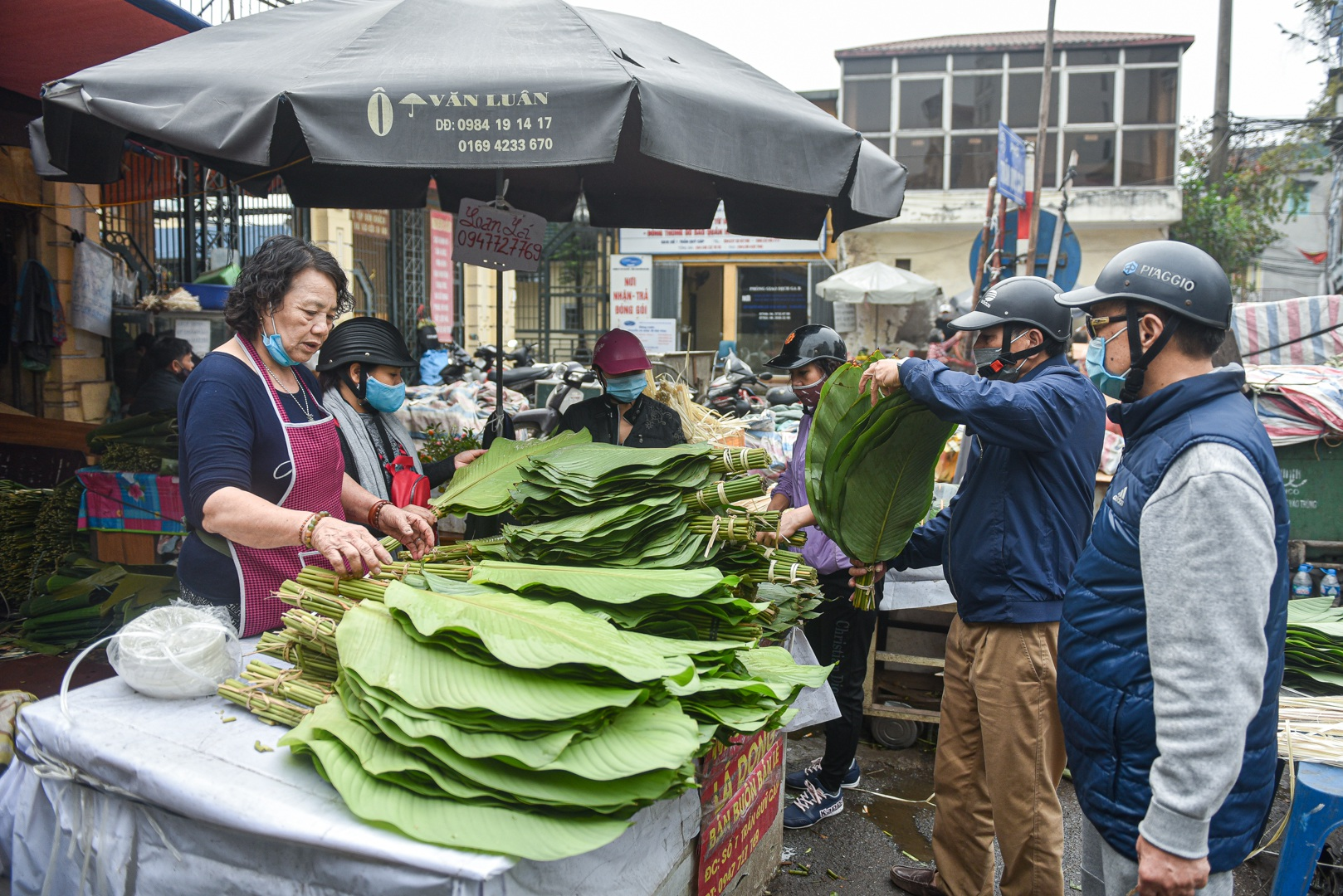 Phiên chợ họp ngày cuối năm, chỉ bán lá dong rừng, lạt tre ở Hà Nội - 2