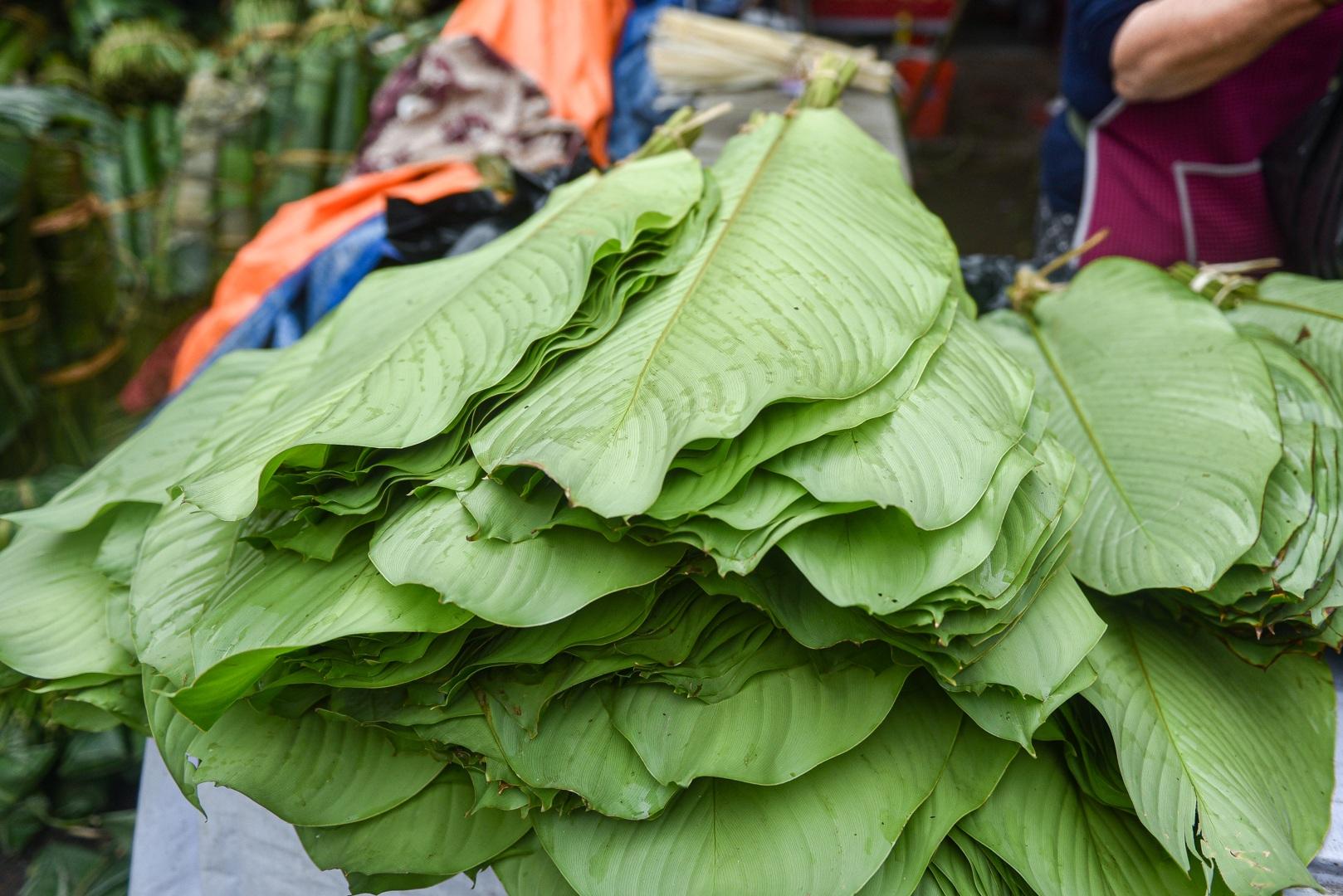 Phiên chợ họp ngày cuối năm, chỉ bán lá dong rừng, lạt tre ở Hà Nội - 4