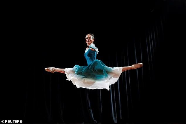 Ngưỡng mộ tài năng và nghị lực của vũ công ba-lê không tay - 1