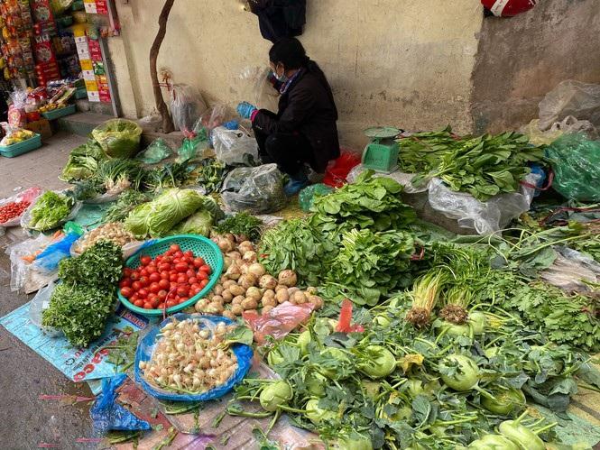 Đi chợ đầu năm: Hải sản tăng giá vùn vụt, hoa tươi rẻ hơn trước Tết - 2