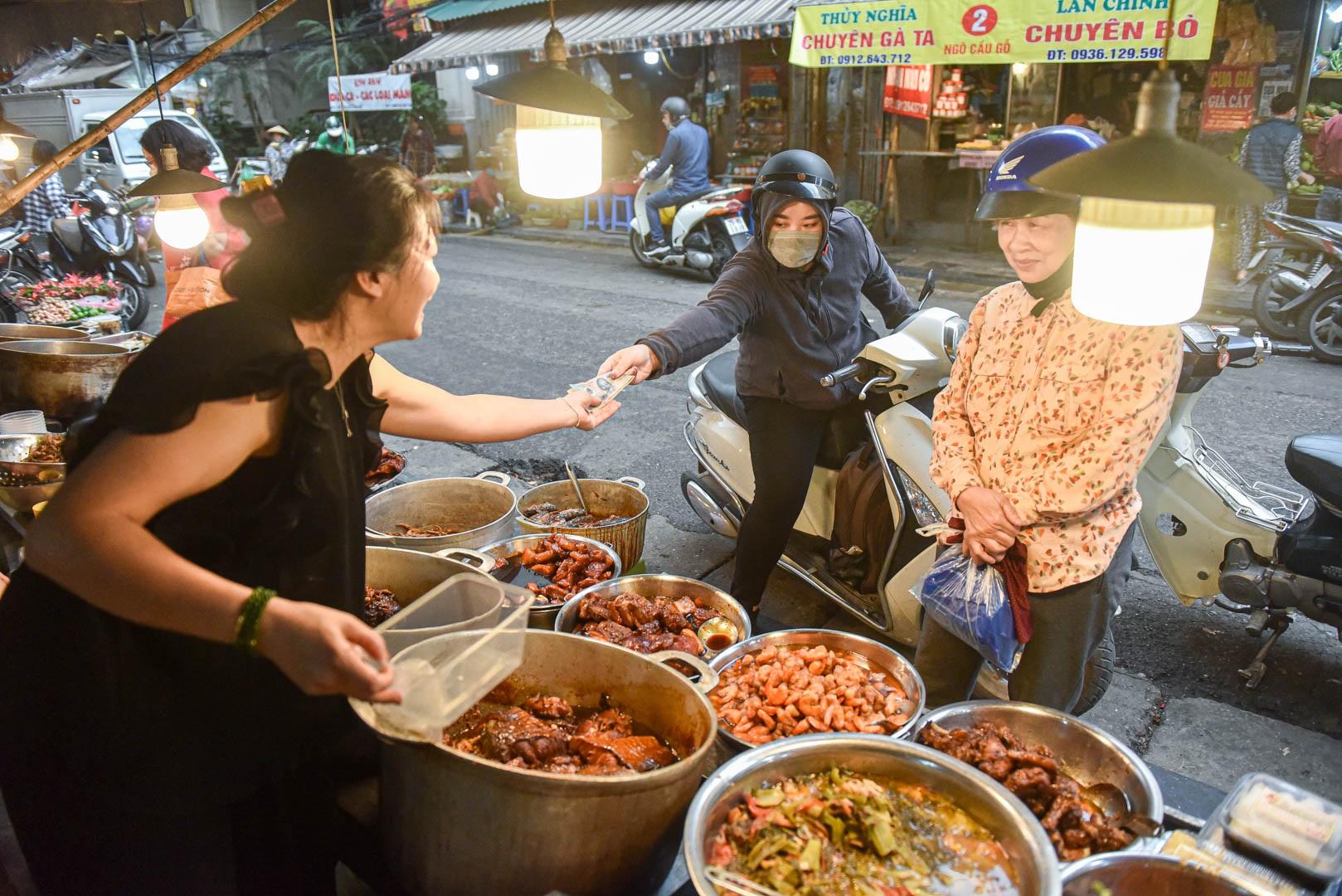 Khu chợ nhà giàu ở Hà Nội, ngày bán hàng trăm cân cá kho - 4