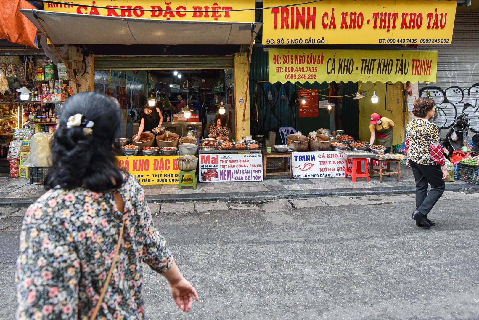 Khu chợ nhà giàu ở Hà Nội, ngày bán hàng trăm cân cá kho - 1