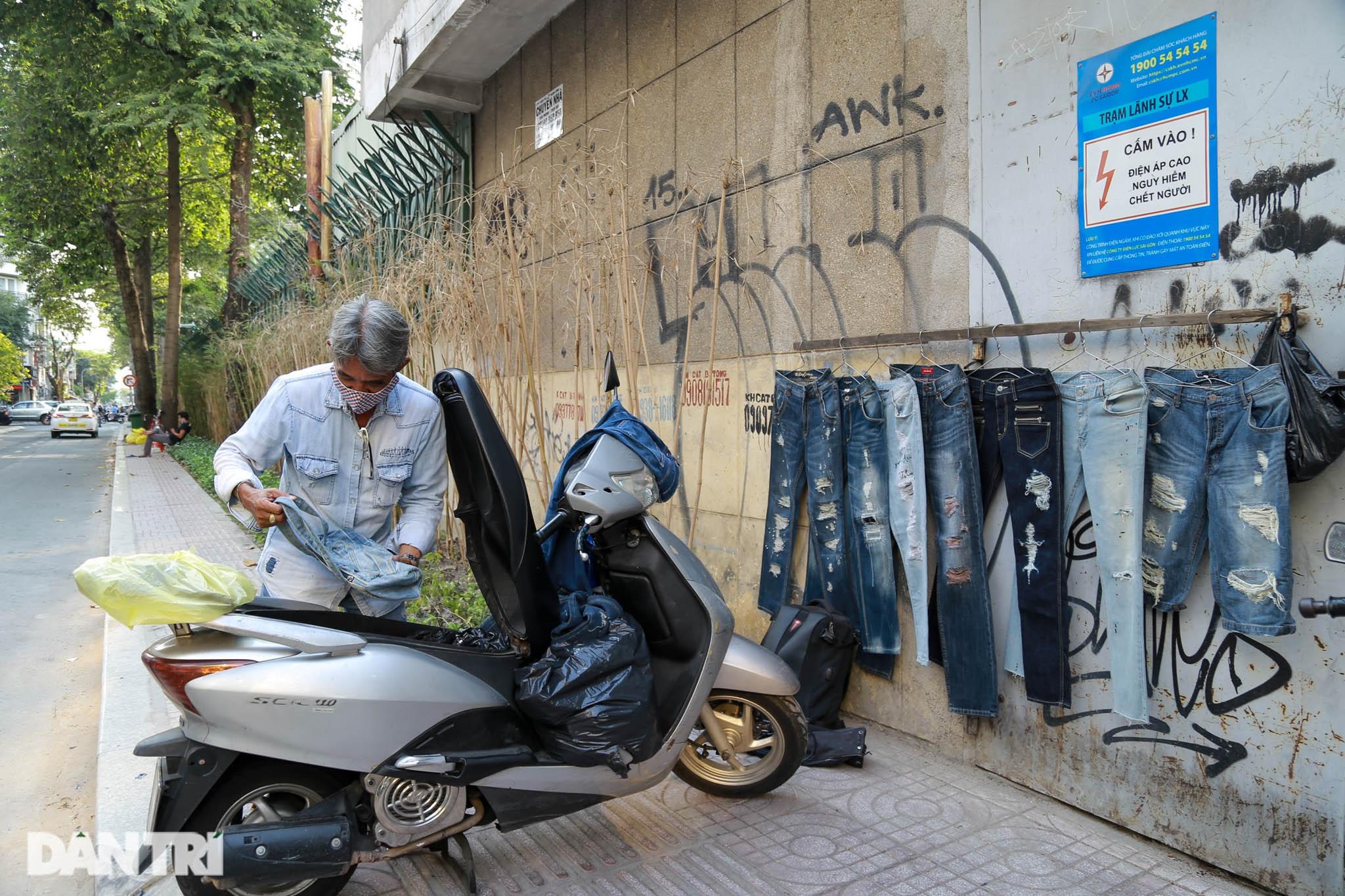 Người đàn ông làm nghề xé đồ jean với chiếc áo giá 20 triệu đồng - 1