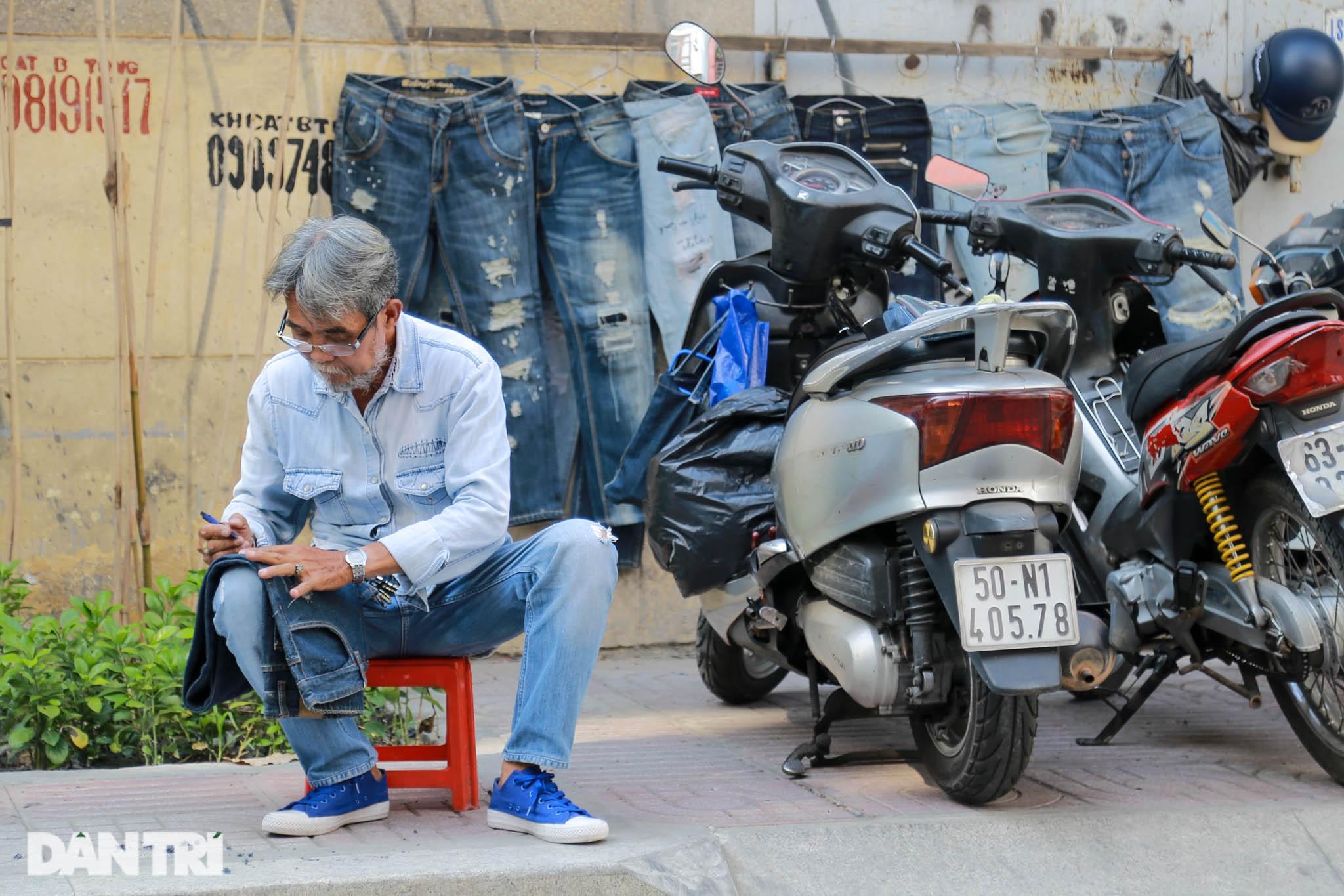 Người đàn ông làm nghề xé đồ jean với chiếc áo giá 20 triệu đồng - 2
