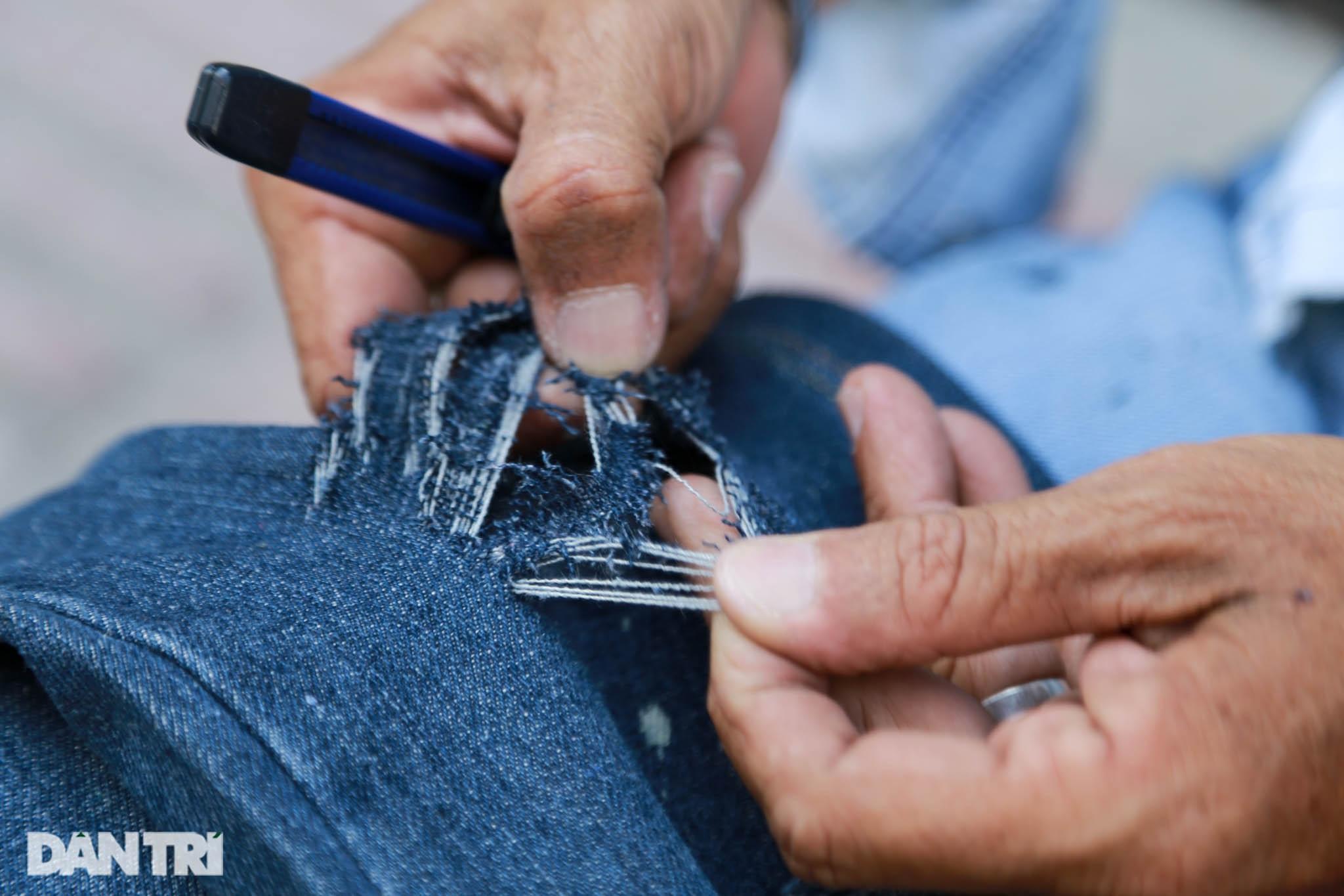 Người đàn ông làm nghề xé đồ jean với chiếc áo giá 20 triệu đồng - 5