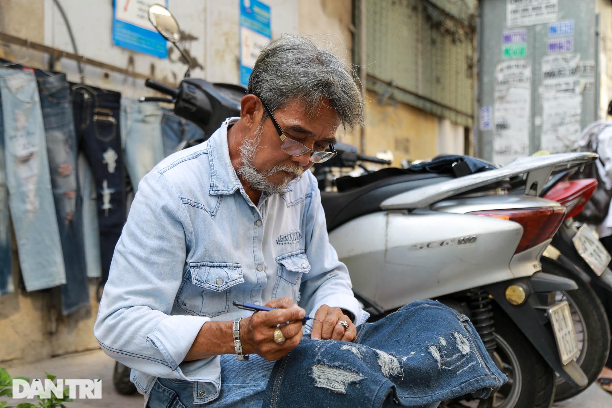 Người đàn ông làm nghề xé đồ jean với chiếc áo giá 20 triệu đồng - 7