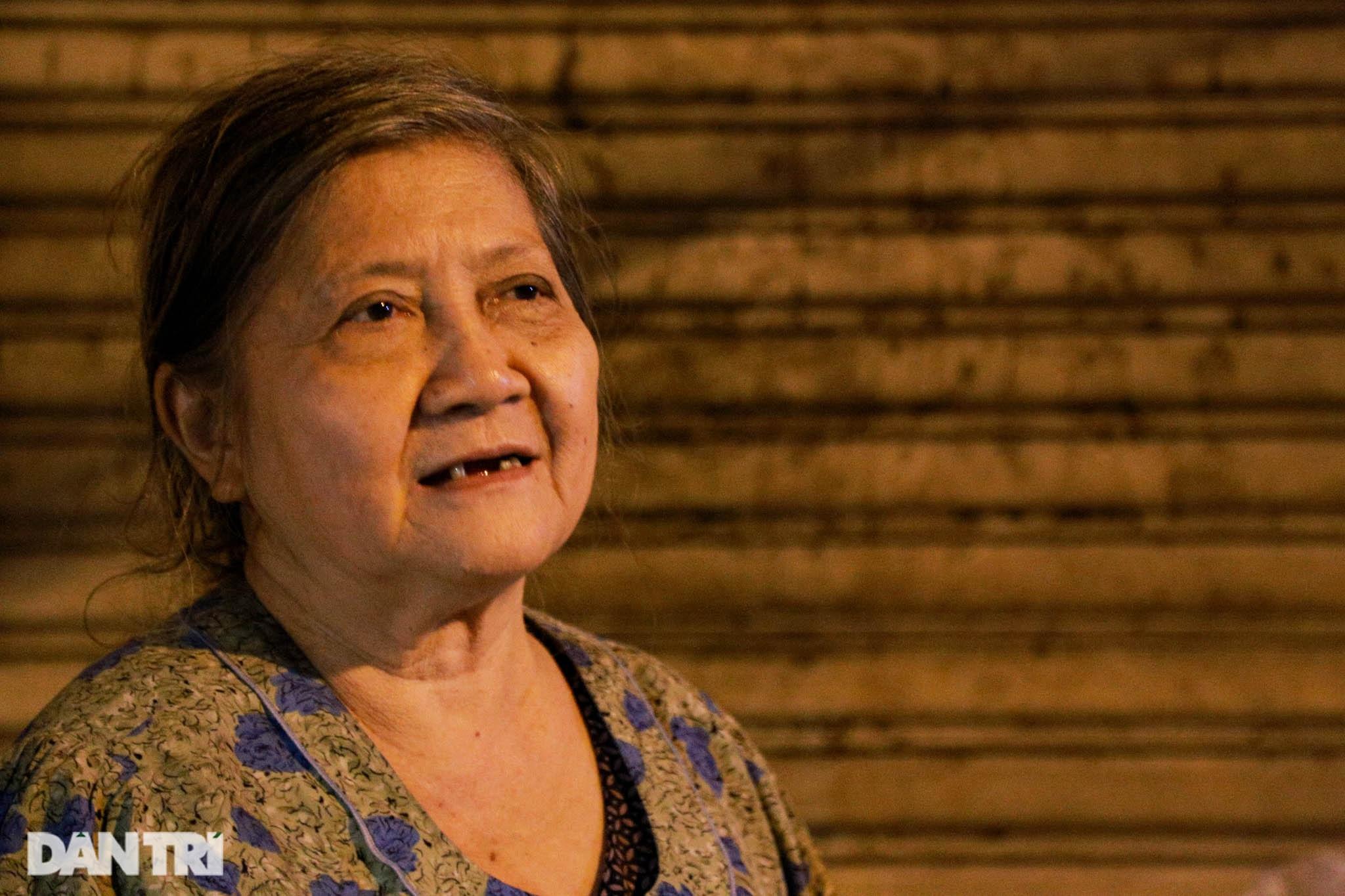 Cụ bà 71 tuổi bán ốc lúc nửa đêm - 10