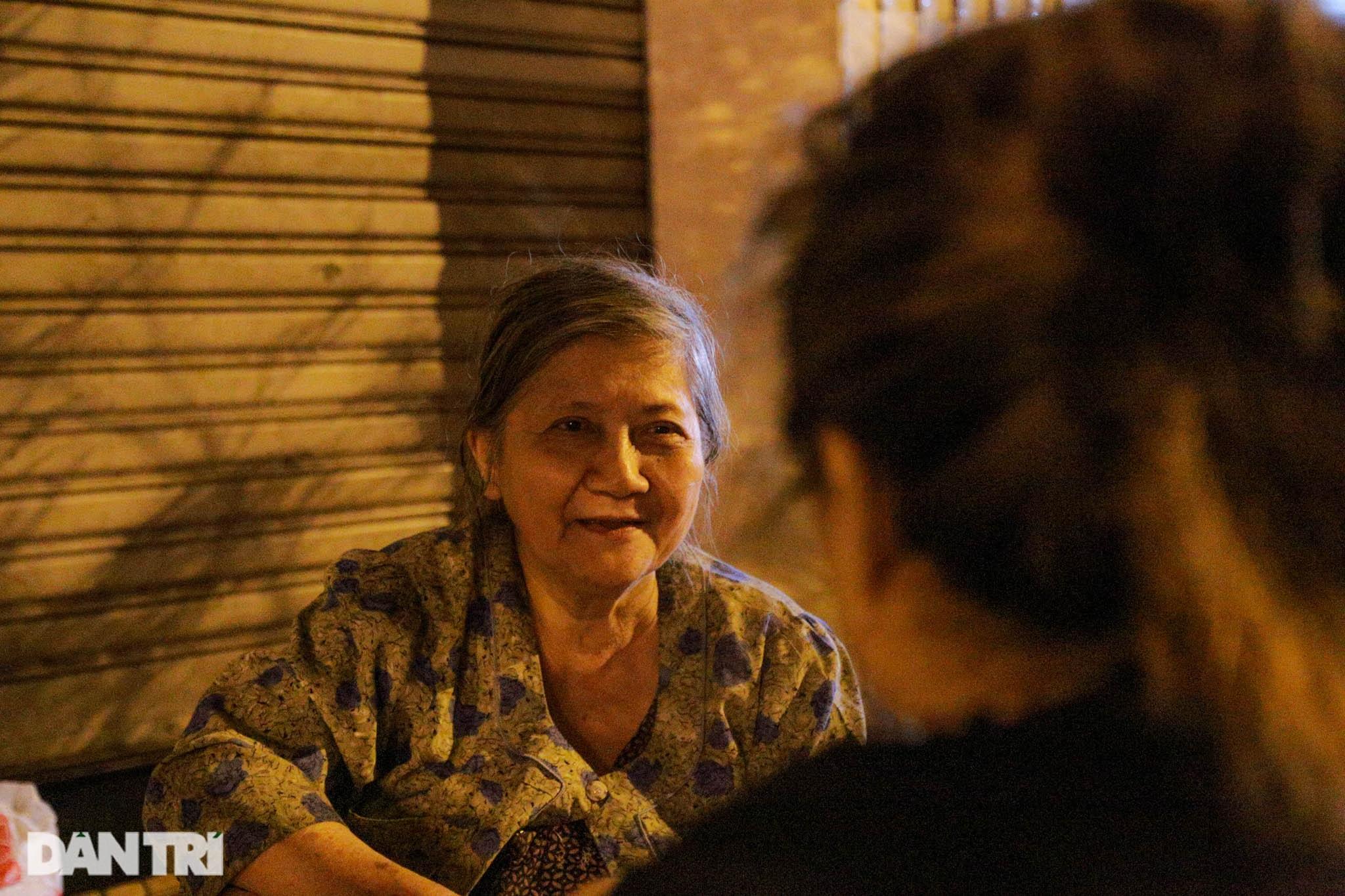 Cụ bà 71 tuổi bán ốc lúc nửa đêm - 9