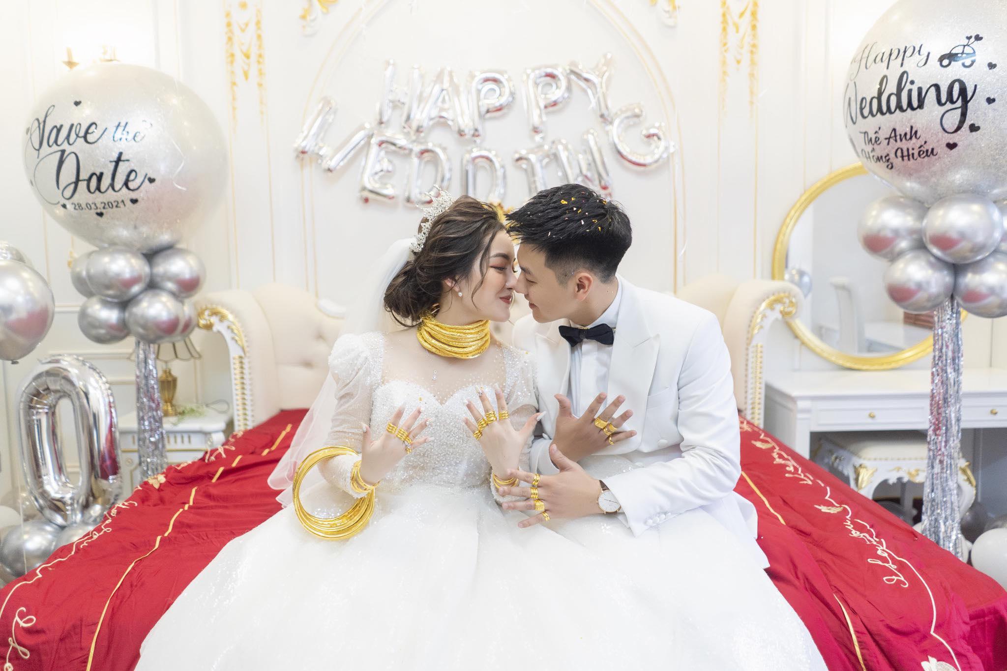 Cô dâu 9X xinh đẹp đeo vàng trĩu cổ, kín tay trong ngày cưới gây sốt mạng - 1