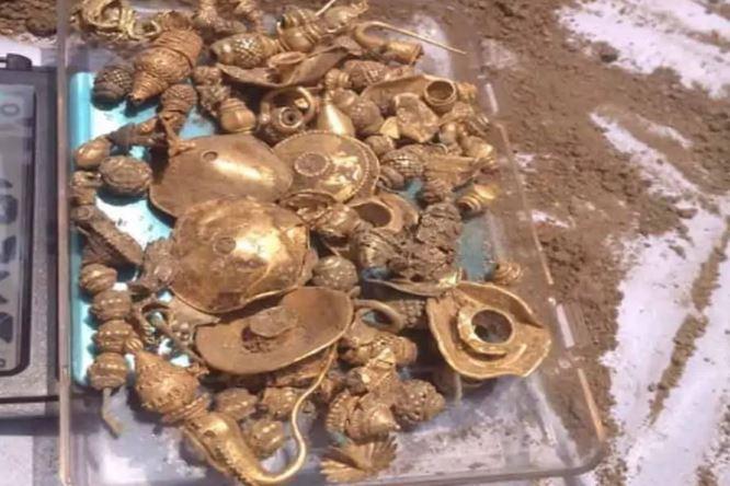 Đào đất xây nhà, bất ngờ tìm thấy vàng và ruby khiến mọi người đổ đến xem - 2