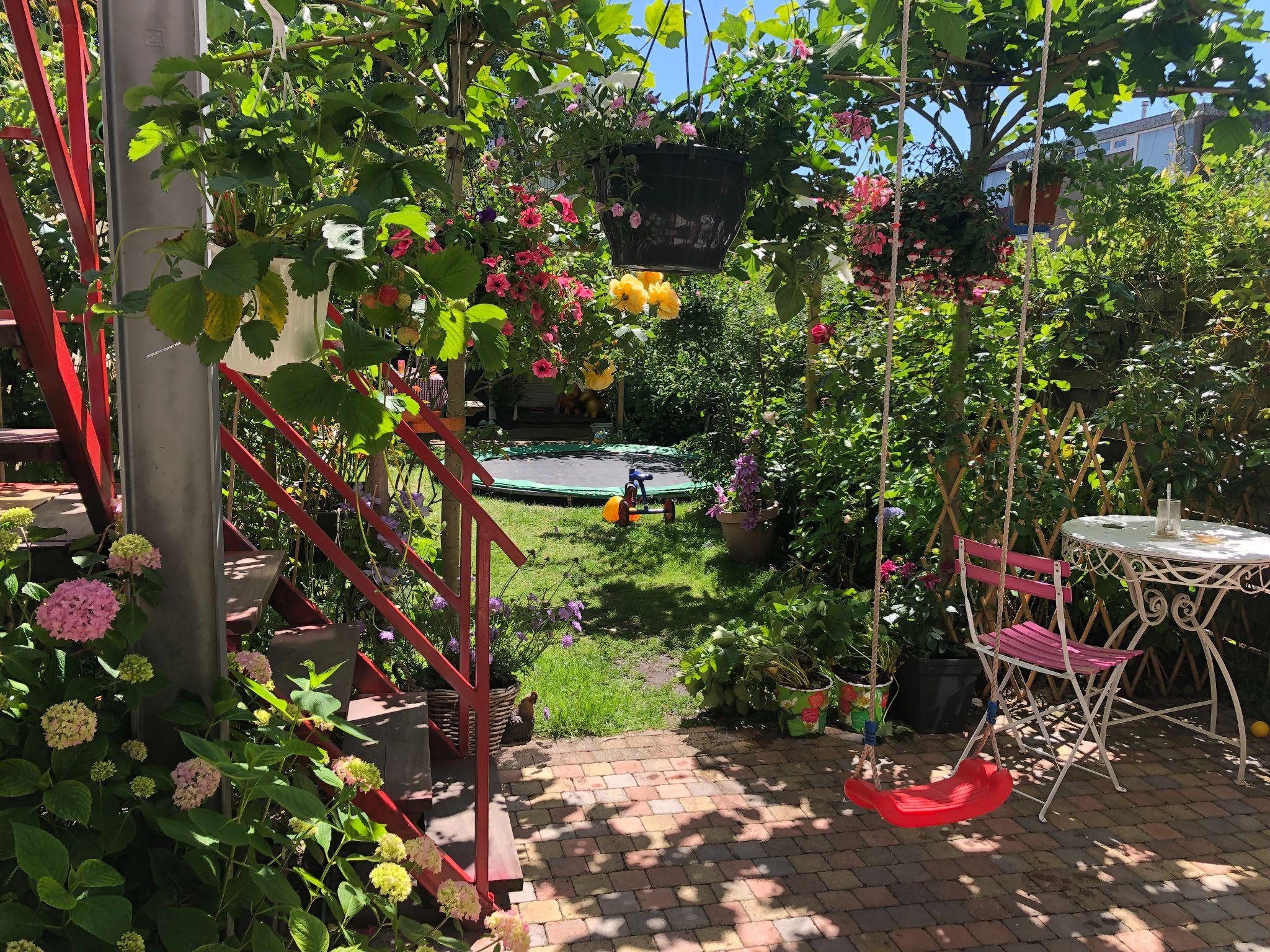 Sửng sốt khu vườn 100m2 tràn ngập hoa trái của mẹ Việt ở Hà Lan - 4