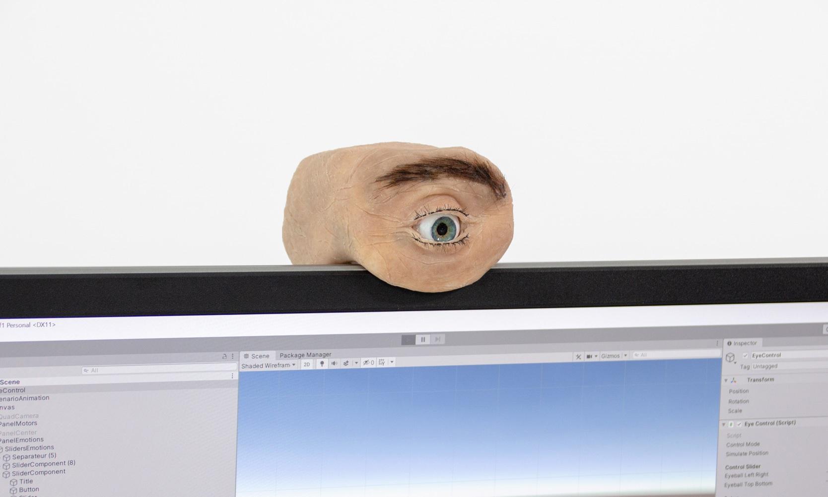Chiếc webcam kì dị có thiết kế giống mắt người, biết chớp mắt, liếc nhìn - 1