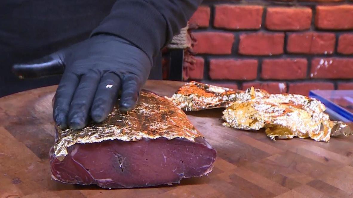 Choáng với món thịt bò bọc vàng, ăn một miếng mất cả gia tài - 1