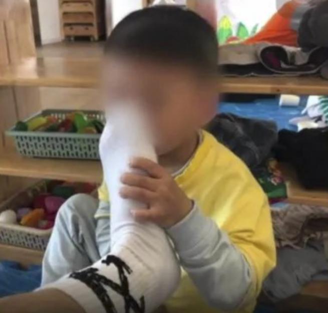 Phẫn nộ với thầy giáo mầm non bắt trẻ... ngửi chân thối - 1