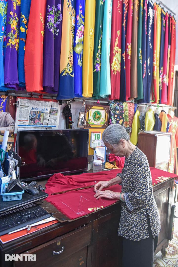 Tiệm áo dài 4 đời được trả 400 cây vàng mà không bán của cụ bà 81 tuổi - 9