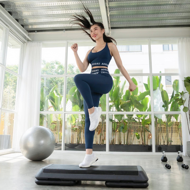 Nữ HLV thể dục gợi cảm chia sẻ bí quyết sở hữu thân hình đồng hồ cát - 2