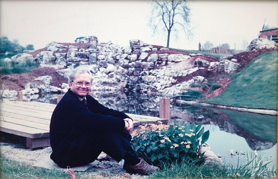 Người đàn ông dành 25 năm biến bãi đất hoang thành thiên đường hoa - 2