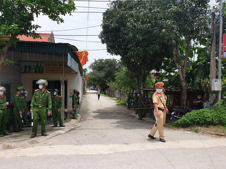 Lực lượng công an được điều động đến hiện trường làm nhiệm vụ rất đông.