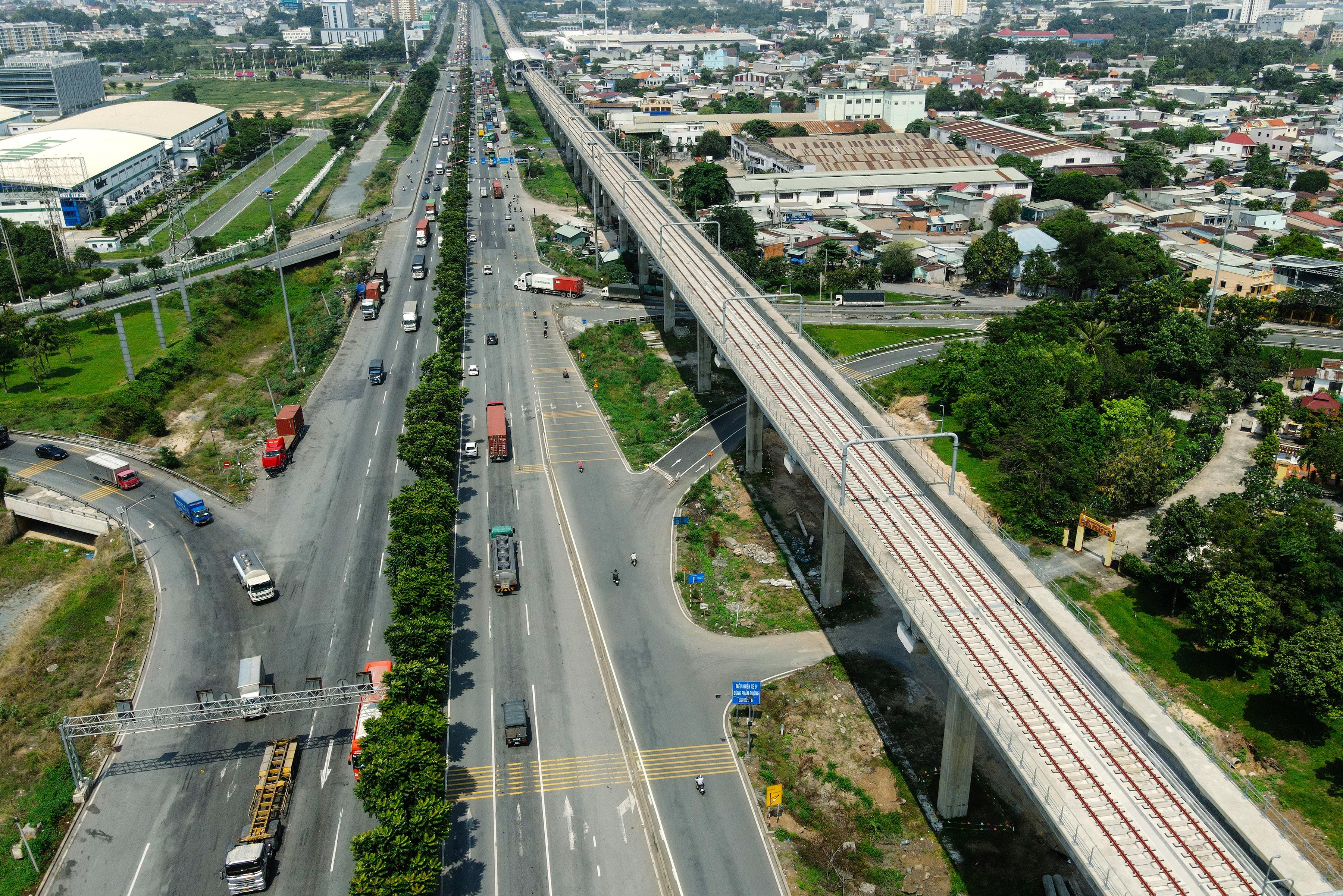 Ngắm tuyến metro đầu tiên của TPHCM sau gần 10 năm chờ đợi - 1