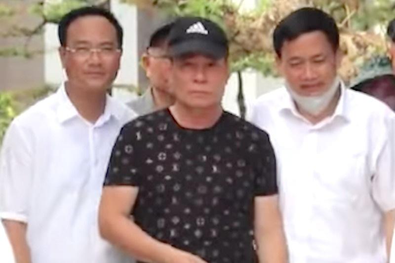 Đối tượng Phú được dẫn giải ra khỏi nhà đưa về cơ quan cảnh sát điều tra nhưng không bị còng tay.