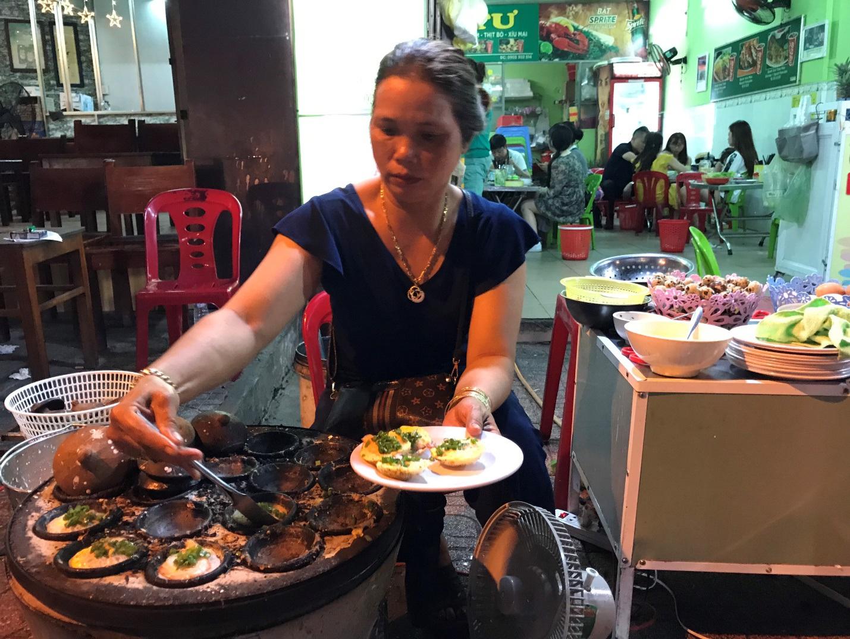 Đặc sản Nha Trang ăn cả chục cái mới no, chủ quán bán hơn 1000 cái/ngày - 3