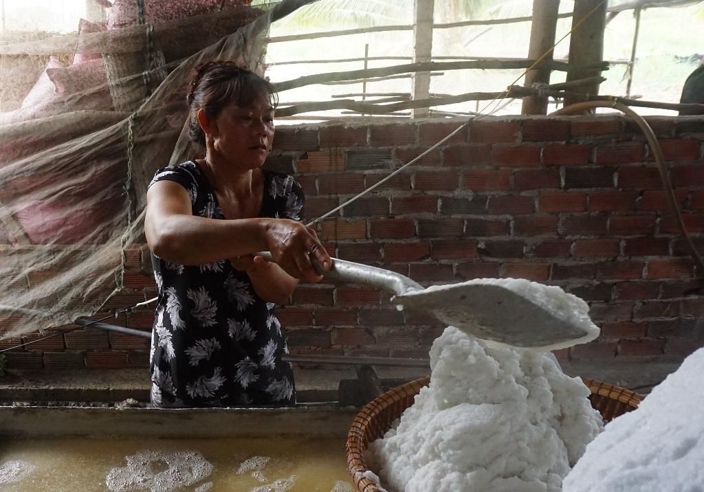 Kỳ lạ nghề hòa muối thành nước rồi mang nấu trên chảo khổng lồ - 3