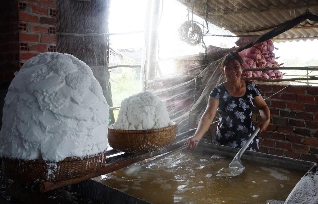 Kỳ lạ nghề hòa muối thành nước rồi mang nấu trên chảo khổng lồ - 4
