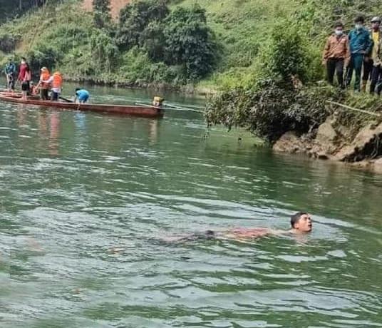 Lật thuyền chở 9 người trên sông Chảy, 1 người tử vong - 1