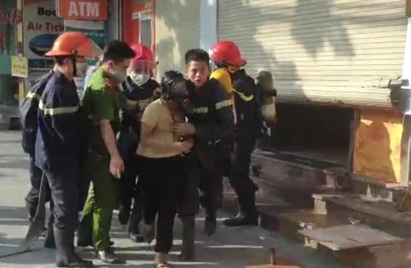 Cảnh sát phá cửa cuốn cứu sống 4 người trong tòa nhà ngân hàng bị cháy - 3
