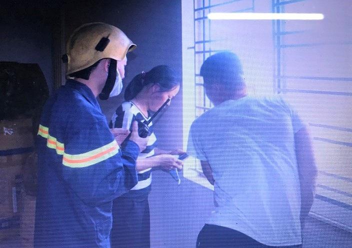 Cảnh sát phá cửa cuốn cứu sống 4 người trong tòa nhà ngân hàng bị cháy - 2