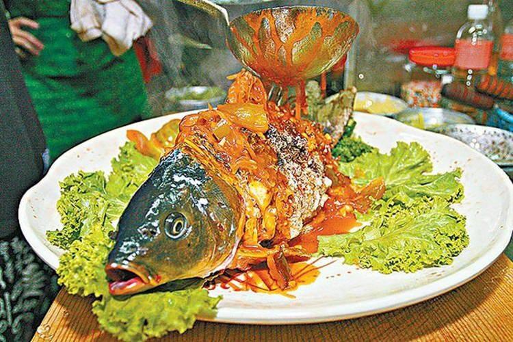 Cá âm dương nửa sống, nửa chết khiến thực khách sởn da gà - 1