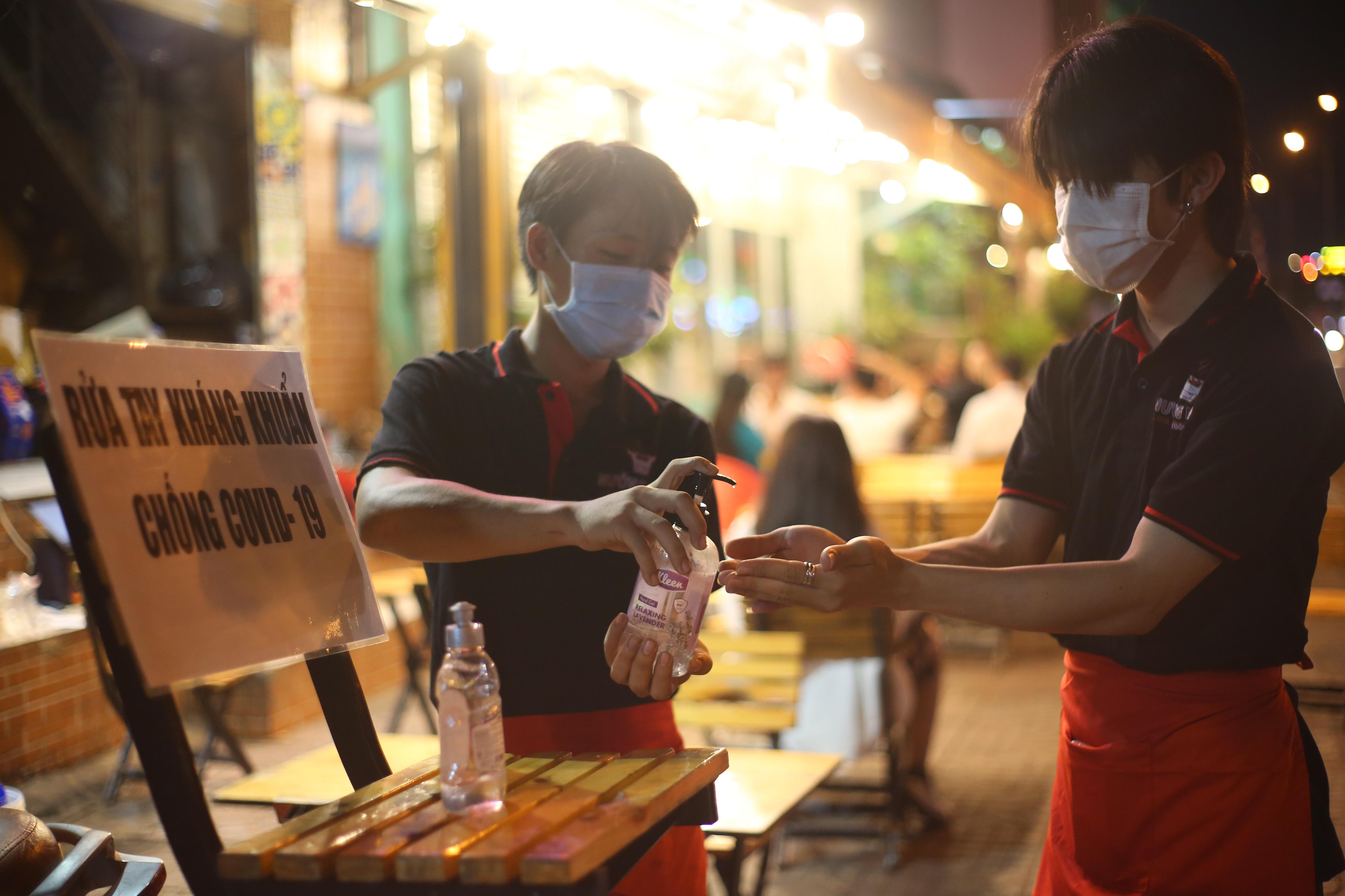 Quán nhậu Sài Gòn xập xình, nhộn nhịp bất chấp lệnh cấm tụ tập đông người - 10