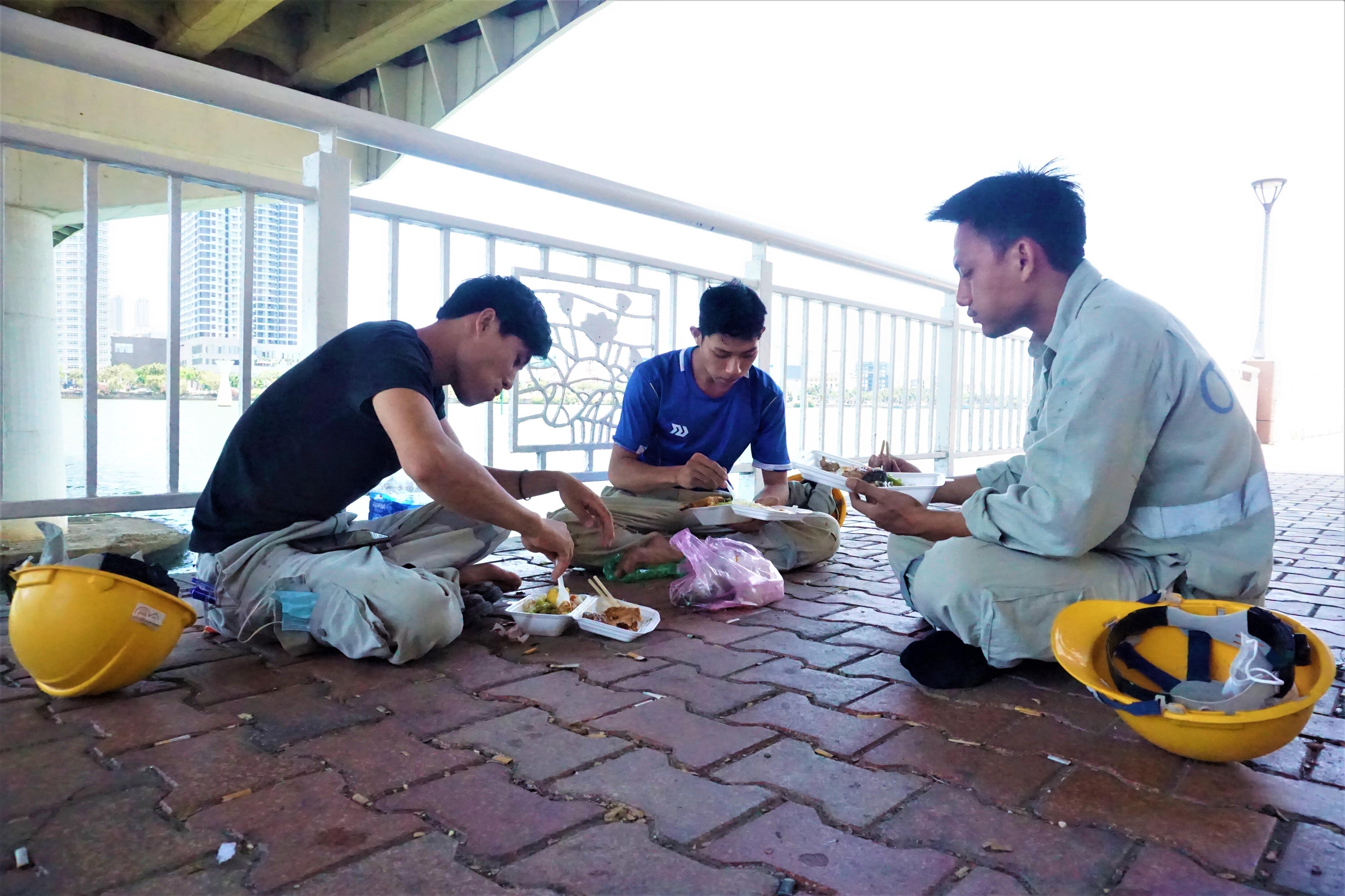 Bữa ăn nơi gầm cầu và giấc ngủ 3 không giữa mùa dịch Covid-19 - 1