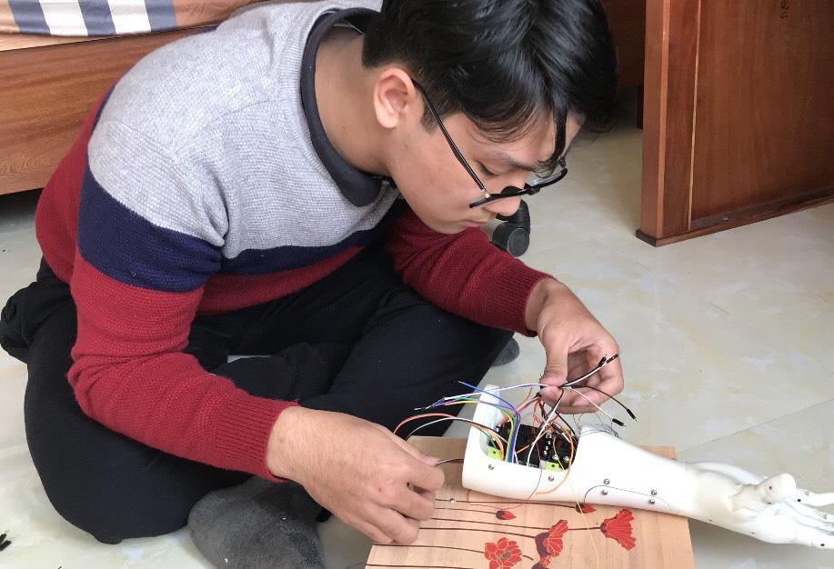 Sự kiên trì của đôi bạn chế tạo Cánh tay Robot đoạt giải KHKT quốc tế - 3