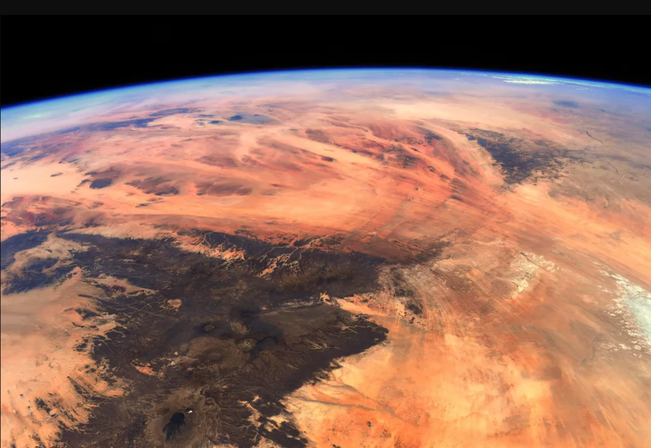 Sốc trước tấm ảnh Trái đất tươi đẹp nhìn chẳng khác gì sao Hỏa cằn cỗi - 1