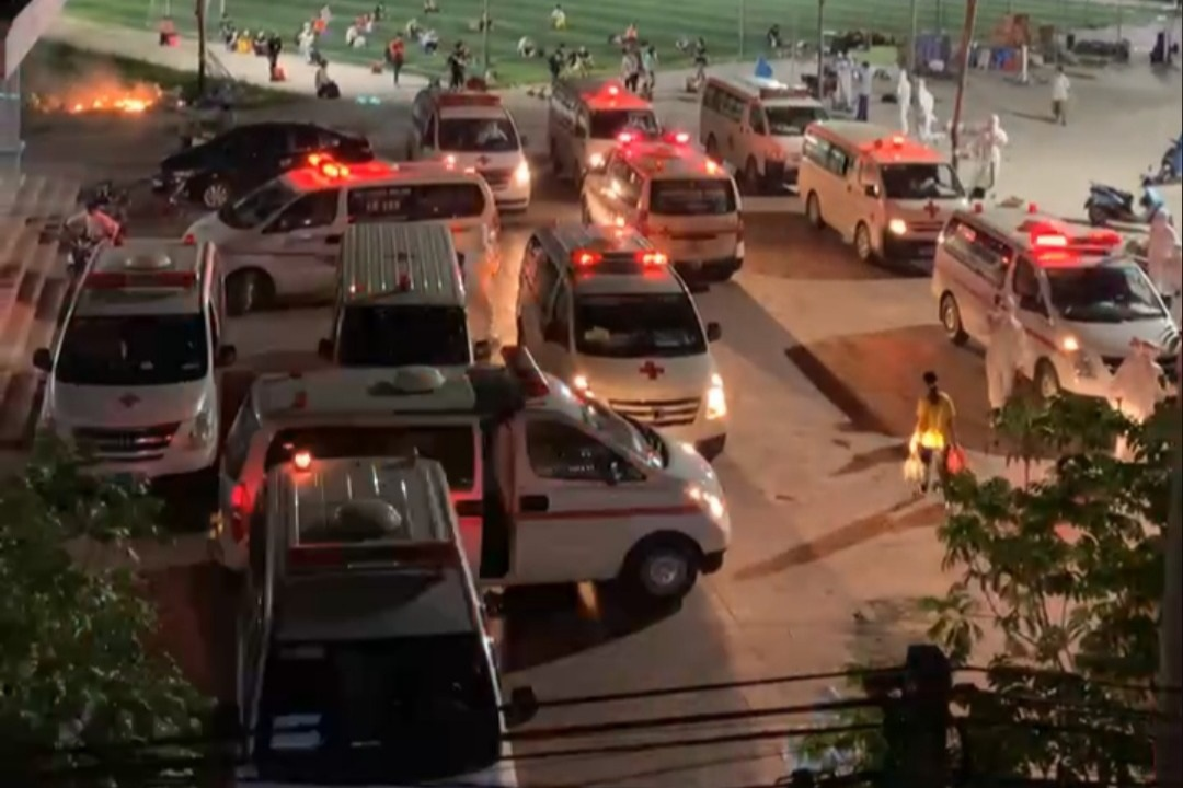Bắc Giang: Xe cứu thương hối hả đưa cả nghìn công nhân đi cách ly trong đêm - 1