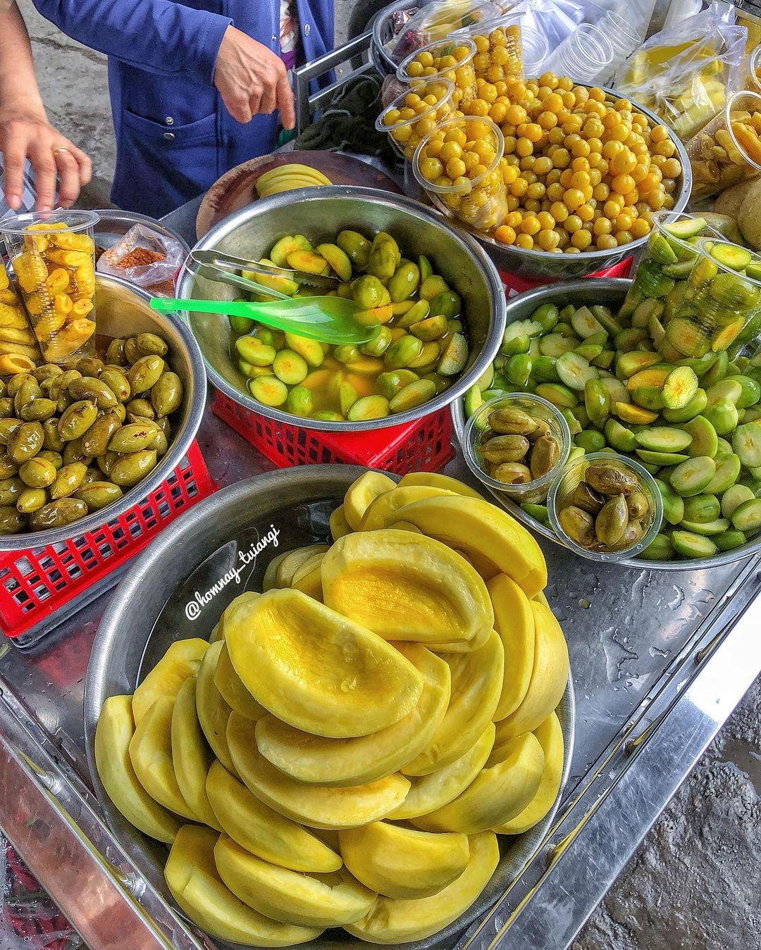 Xe trái cây dạo 30 năm gây nghiện với món lạ ổi luộc chấm mắm ruốc - 3