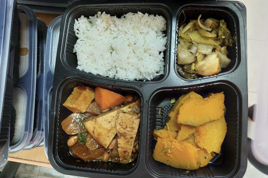 Hot boy ăn chay mỗi ngày đi trao cơm cho người nghèo khó khăn vì giãn cách - 4