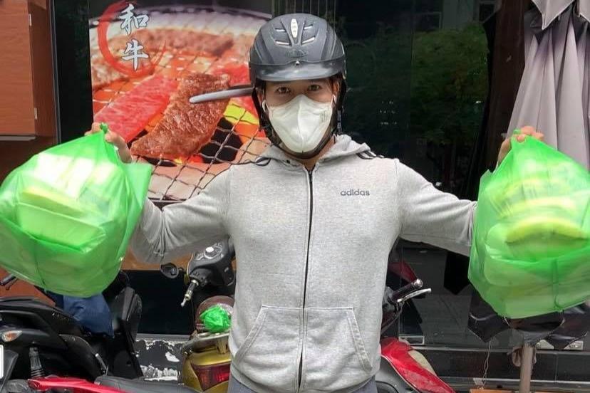 Hot boy ăn chay mỗi ngày đi trao cơm cho người nghèo khó khăn vì giãn cách - 2