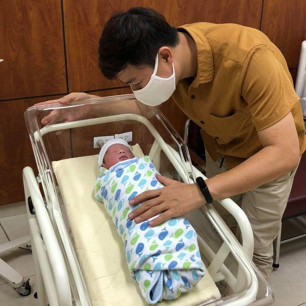 MC Lê Anh cố gắng dẫn chương trình trực tiếp khi nhận tin con trai cấp cứu - 1