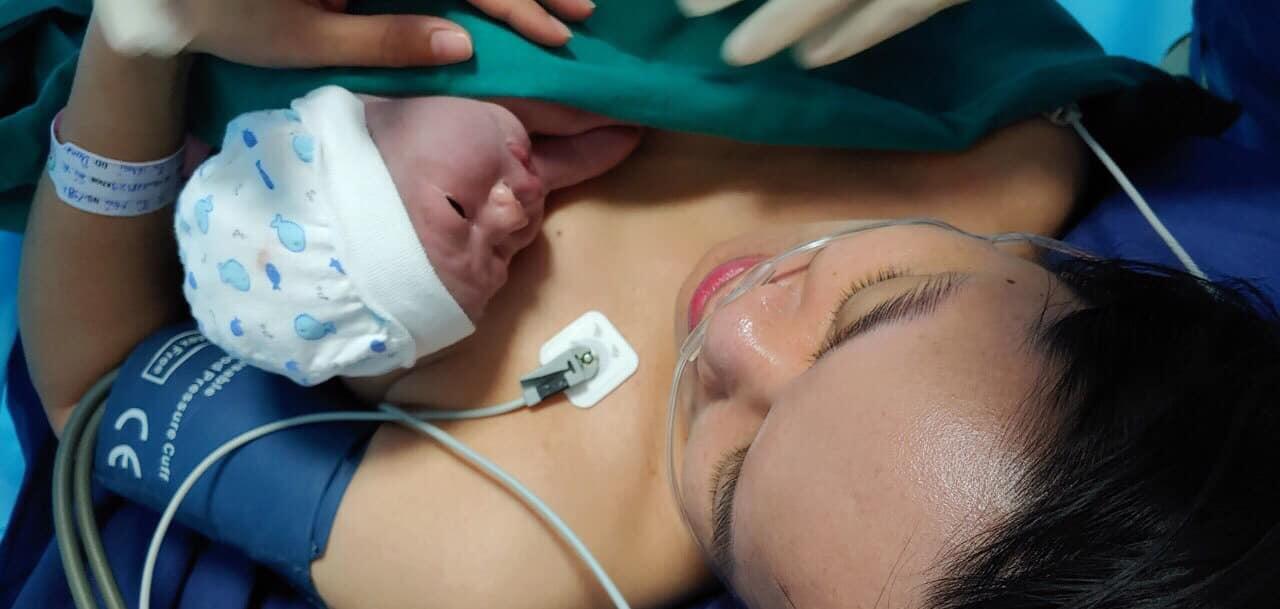MC Lê Anh cố gắng dẫn chương trình trực tiếp khi nhận tin con trai cấp cứu - 3