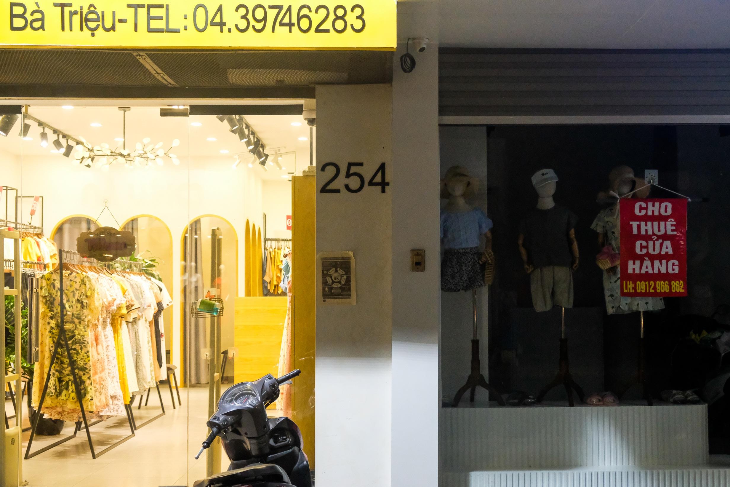 Những con phố thời trang ở Hà Nội: Ngày ế ẩm, tối tắt đèn đi ngủ sớm - 7