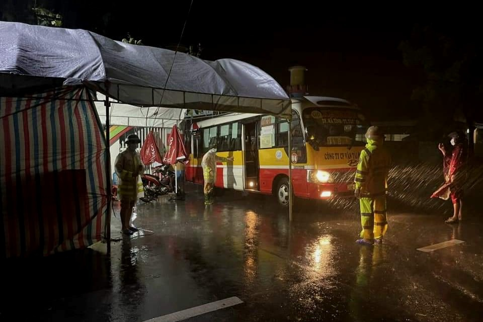 Dùng xe buýt làm điểm trú, chốt trực chống dịch Covid-19 - 1
