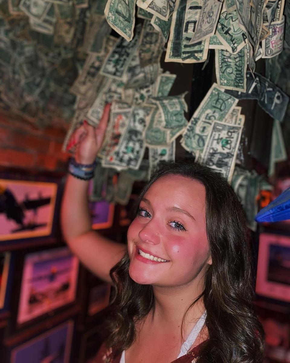 Quán bar hút khách nhờ... dán hơn 46 tỷ đồng trên trần nhà - 2