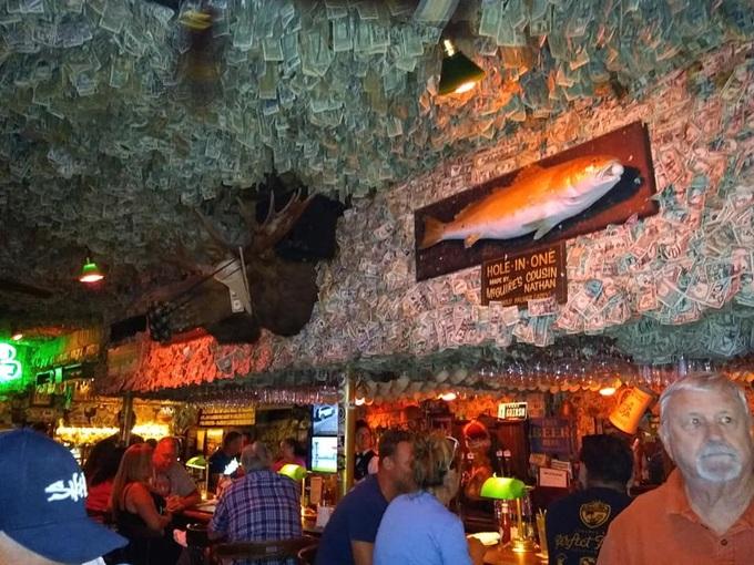 Quán bar hút khách nhờ... dán hơn 46 tỷ đồng trên trần nhà - 5