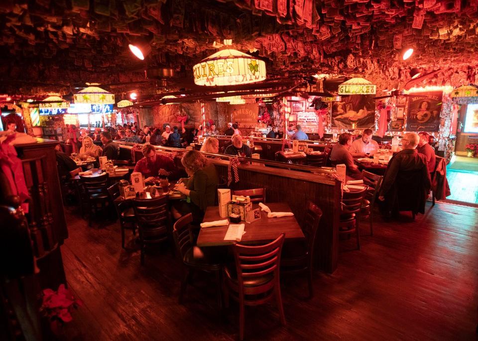 Quán bar hút khách nhờ... dán hơn 46 tỷ đồng trên trần nhà - 4