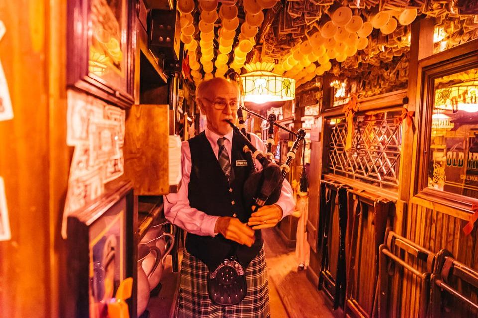 Quán bar hút khách nhờ... dán hơn 46 tỷ đồng trên trần nhà - 7