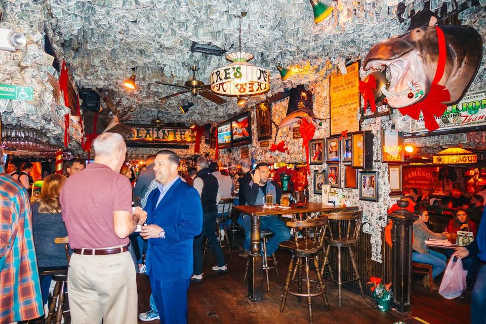 Quán bar hút khách nhờ... dán hơn 46 tỷ đồng trên trần nhà - 3